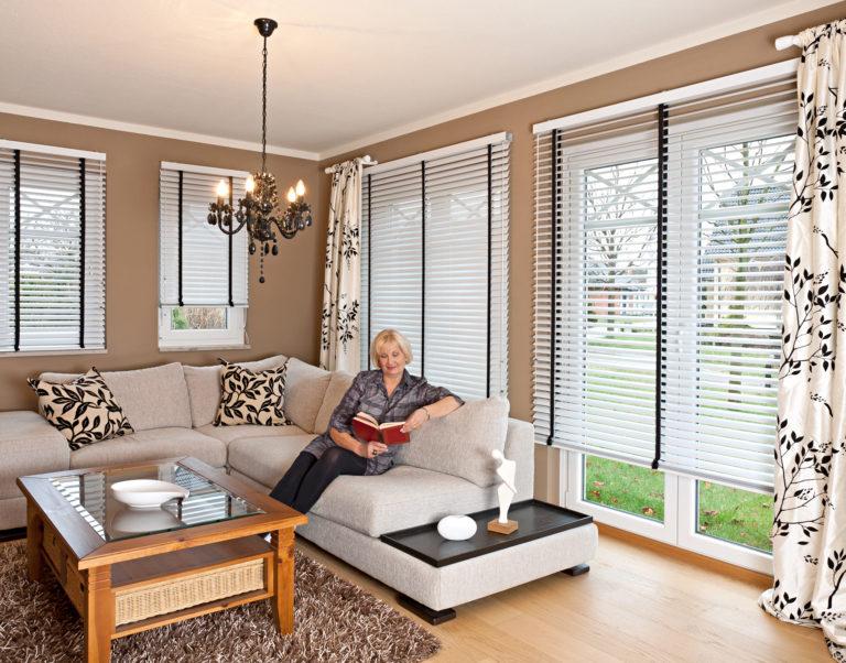 Maxi Line Jalousie in einem Wohnzimmer